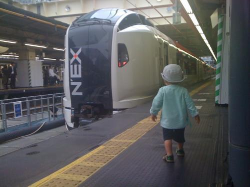 いきなりだけど、息子にとって今回の旅行のメインイベントはこの成田エクスプレス。<br />テンションあがっておーおー言っていた。<br />僕ら親も息子の夢がかなった瞬間(おおげさではないと思う)に立ち合うことができて本当によかった。