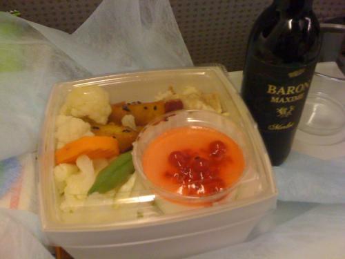今回は成田からジャルウェイズ。<br />21時過ぎの便だったからか機内食は軽め。<br />直前にキッズスペースではしゃいでいたのもあり、息子は飛行機に乗るなりすんなりと寝てくれた。<br />おかげでワインもおかわりできて、ほろよい。<br />