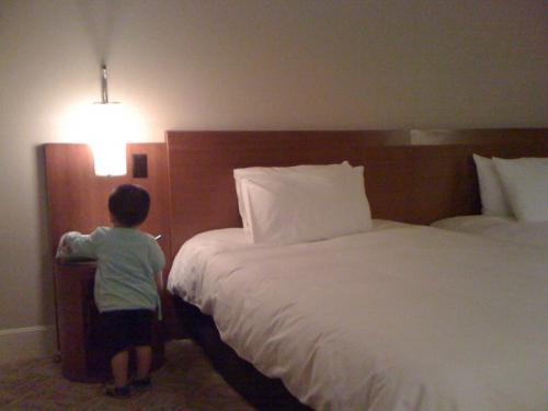 ヒルトングアムに朝4時頃到着。<br />入国審査でけっこう並んでいてだいぶ時間食った。<br />こうなると夜便はけっこうきつい。<br />息子は早速電話をいじって遊ぶが、ぼくらが寝るのに合わせてまたすんなり寝てくれた。<br /><br />