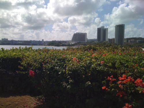 ヒルトンはタモン湾のはじっこの方にあるので、湾に沿って建っているホテルが見える。<br />ちなみに恋人岬は湾の向こうのはじっこだ。