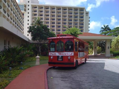 赤いバス。<br />こいつに乗ると中心街や観光地に行ける。<br />とりあえずグアムの様子をうかがいつつ、バスで恋人岬に向かう。