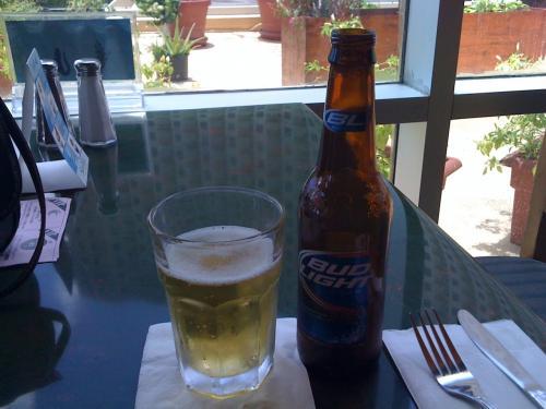 まずは冷えたビール。BUD LIGHT。南国でキンキンに冷えたさっぱり味のビールをごくごく飲む。最高。