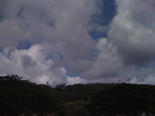 雲がもくもくしているなか、レンタカーで出発。<br />