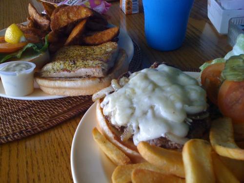 ランチはJAN Z's。<br />ボリューム満点のハンバーガーとフィッシュバーガー。