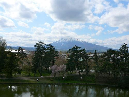 本丸の端から岩木山を望む<br />雄大な裾野が印象的な名山ですね!