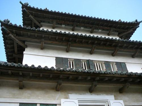 近くで見上げると結構古い建物であることがわかります。<br />この天守は江戸時代末期の文化7年(1810年)に建築されたらしい。<br />江戸時代に建築され現存する天守は東北地方唯一であり重要文化財に指定されている。