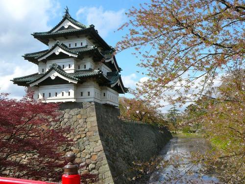 このアングルの弘前城はよく見ますね