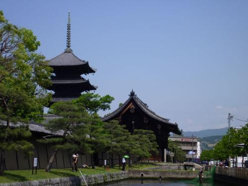 こちらは東寺の五重塔。世界遺産に指定されています。えらい違いではありますね。