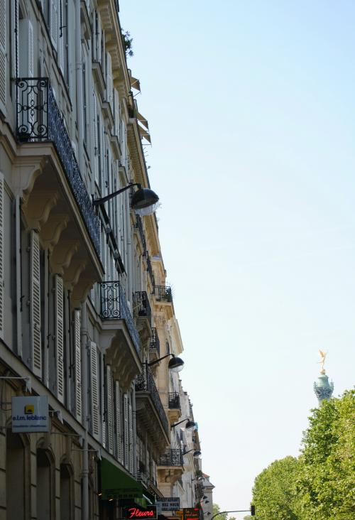 キャリーバッグを背負ってスーツケースをひっぱって前日泊まったホテルから徒歩3分。