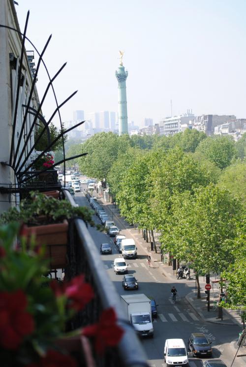 バルコニーからバスティーユ広場の塔が見えます。