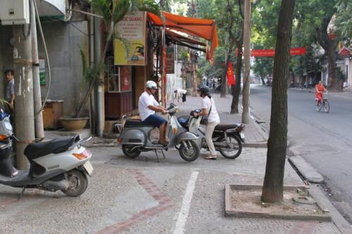 翌日、ホテル周辺の様子。<br />今日は日曜日で人通りが少ない。<br /><br />以降、詳しくはこちら↓<br /><br />http://homepage3.nifty.com/kuwa72/vietnam/index.html