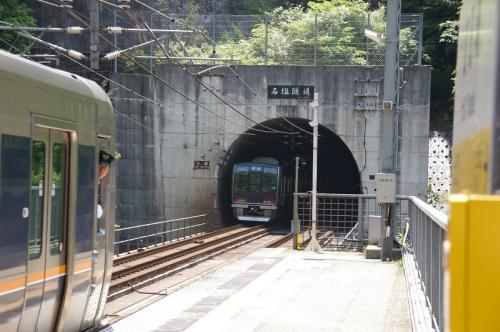 JR福知山線「武田尾駅」<br />ホームにて<br />武田尾駅は、トンネルの一部が駅舎になっていて無人駅という、とてもローカルな珍しい駅。名塩隧道を抜けてすぐ次の第一武田尾トンネルにすぐ入り、その間にある。それだけ山深い場所。