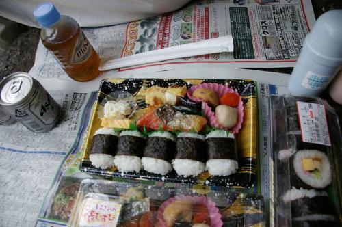 【おにぎり弁当2個に巻き寿司1個】<br />千円でお釣りがくる(^_^)v