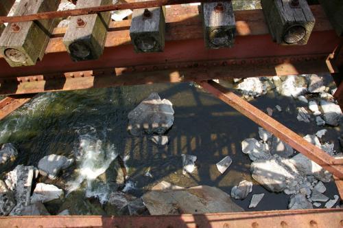 橋の下を見てはいけません!
