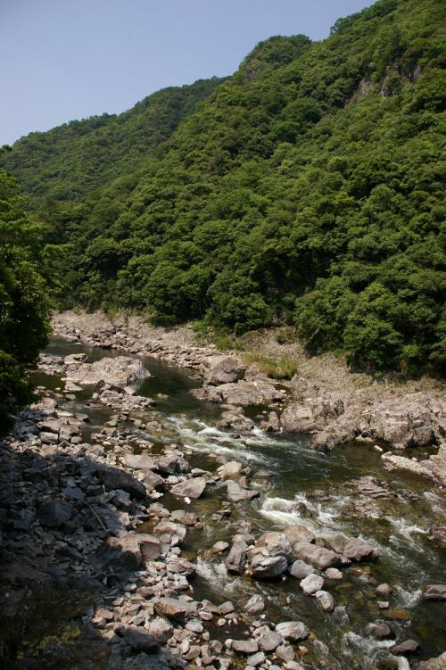 川向こうの山は柱状節理の筋が見えて<br />今にも崩れ落ちるのでは?と不安になる