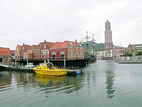 ホテル前からの港内の風景 高い塔は高さ105mのシンボルタワー ドムトールン
