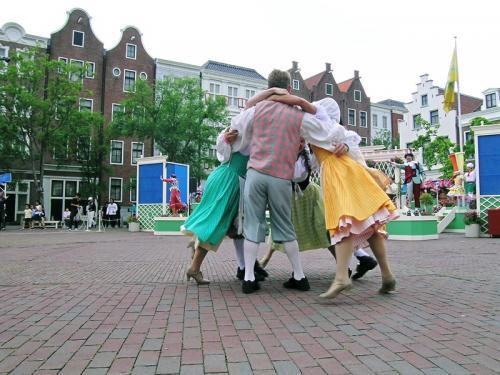 広場ではオランダ衣装のダンサーたちが踊りを見せてくれました その1