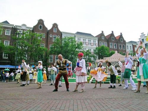 広場ではオランダ衣装のダンサーたちが踊りを見せてくれました その2