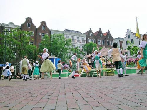 広場ではオランダ衣装のダンサーたちが踊りを見せてくれました その3