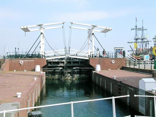 運河を跨ぐ跳ね橋