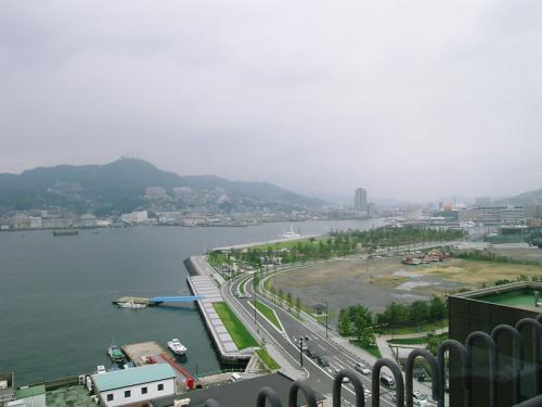 グラバー園から見た長崎湾の最奥部  対岸の電波塔があるのは稲佐山で、その高さは東京タワーと同じ333m。