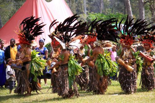 マウントハーゲンのシンシン踊りの会場<br />4−5部族がすでに踊りを始めていた。<br />この姿を見た時凄い迫力にエッ!と驚いた・・