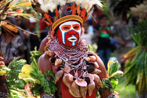 こちらの部族の化粧も凄い!<br />赤、白、青色・・<br />文明社会ではとても見られない光景である