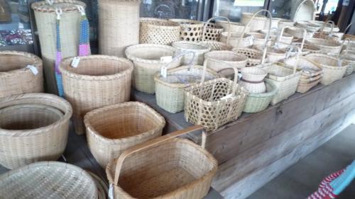 正しく手作りの品々が並ぶ。