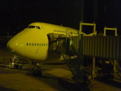 飛行機を見るとテンションが上がってきますね。<br /><br />夜のフライトでホノルルに到着すると前日の朝に逆戻り。時差は19時間<br />機内ではしっかりと休んで下さいね。