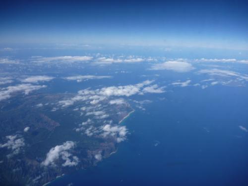 ハワイ諸島のひとつ、カウアイ島の上空です。<br />後ちょっとで到着です。