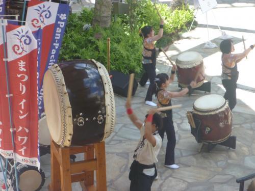 私達の滞在中に偶然、ハワイ最大のお祭り「カメハメハ大王生誕祝い」がありました。8つの島から人が集まり、パレード・夜店等盛大に開催されました。日本からも太鼓に舞踊等々参加していました。