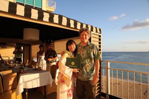教授から修了証の授与です。<br /><br />わざわざ日本から浴衣を持参して和服の素晴らしさを披露してくれたM先生、とっても素敵で可愛かったです♪<br />