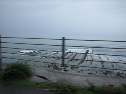 鬼の洗濯板。<br />干潮時にはもっとすごいんでしょう。<br />水量も増えていてかなり水の中ですが、それでもわかります。<br /><br />ここ、くるときに通った道です。<br />そう、海岸沿いの道は、雨のため一部通行止め。宮崎市内へは元きた道を戻り、高速に乗るしかないとのこと。<br /><br />堀切峠や青島のあたりも一応行ってみたかったんだけど、断念。<br />まあ、この雨なんで、どこも似たような光景かなと思いますが〜<br />とりあえず鬼の洗濯板とモアイ像が見られたので目的は達成。