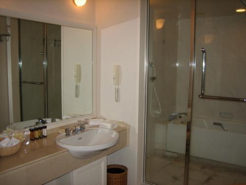 洗面台&バスルーム<br />左手に別室でトイレがあります。