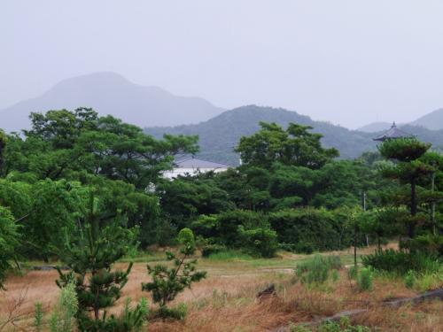 踝を返すと、五岳の山々が雨の霧の中で見え隠れしています。