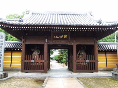 第76番札所 鶏足山金倉寺(こんぞうじ)仁王門。