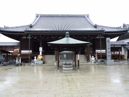 金倉寺本堂。<br />宝亀5年(774)創建、本尊薬師如来。<br />明治期、乃木希典が仮住まいにしていた客殿があります。