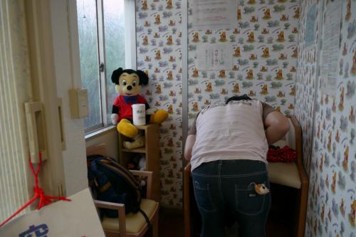 赤ちゃん連れで気になるのがオムツ替え場所や授乳場所。<br />勝央SAには、オムツ替えシートがおいてある授乳スペースがありました。<br />早速、1回目のオムツ替え。