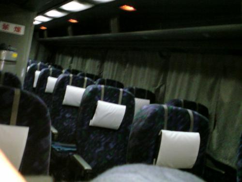 来るときはほぼ観光バスで¥5500-<br />アラフォーの身体にはきついです。<br />帰りは3列シートで結構まっすぐになる席なので、来るときよりは眠れます。¥9800-