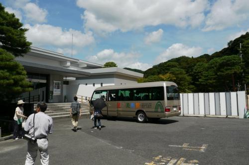 最寄の駅から無料シャトルバスも出ています。<br />結構人が乗っていました。