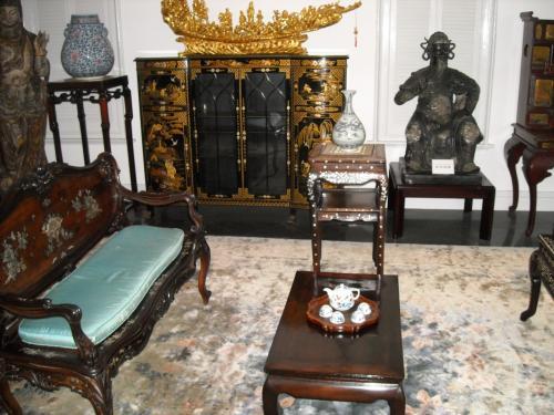 洗練されたインテリアの中に、明朝から清朝に至る貴重な美術品が展示されています。