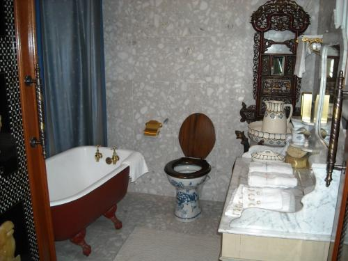 今でも十分通用する、豪華なバスルーム。