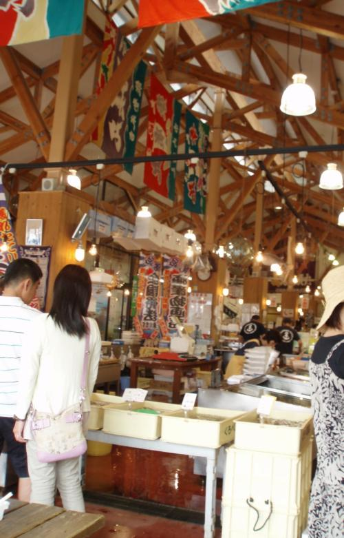 お魚売り場。<br />木がむき出しで天井が高く、開放感のある建物でした。<br />