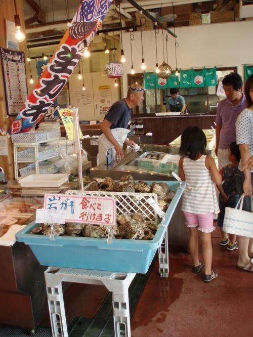 <br />店内を眺めていると岩牡蠣を発見!<br /><br />頼めば奥の調理場で殻を外してもらえるので、鮮度の良いカキが食べられます。<br /><br />他にも魚の身卸しもしていただけるそうです。