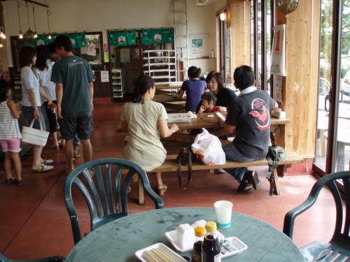 売り場のすぐ隣にはテーブルも用意されていて、海の幸を味わうお客さんが大勢いました。