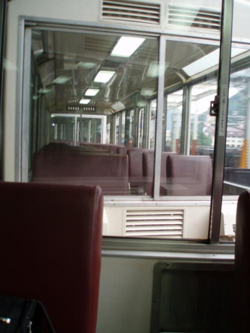 土休日及び8月12・13・16日のみ運行される列車12:09宇奈月発にギリギリ間に合ったので慌てて乗車。<br />お昼時だったせいか、それとも小雨が降っていたからなのか、予約なしでもリラックス客車に乗ることが出来ました。<br /><br />普通客車は真夏でも寒いと聞いていたので、片道乗車券にプラス520円でリラック客車へ。<br /><br />椅子の背もたれ、壁や開閉の調整ができる窓があるので室内環境は良かったです。<br />車両アナウンス+景観ガイドが車両内放送で流れるのですが、線路を走る音がうるさく普通客車では、聞きとりにくいのでは・・・・・。<br />景観ガイドは富山出身のあの有名人でした。