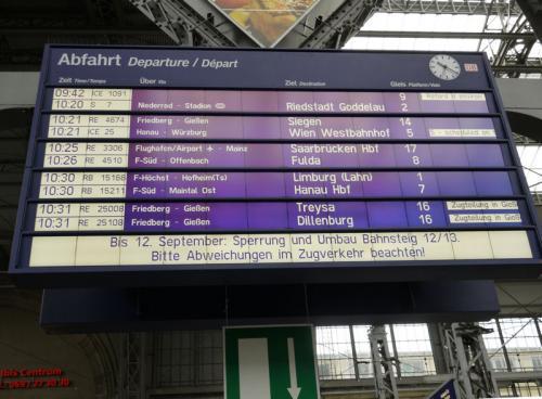 いよいよウエッツラーに向けて出発。駅の行き先案内版で乗車するホームを確認。十時三十一分発の直通列車に乗りたかったが、乗り遅れてしまった。