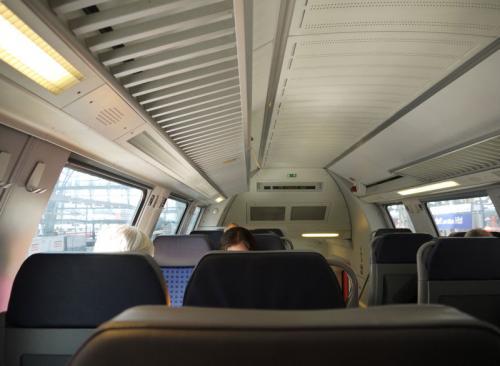 普通列車の二等で、二階席を利用した。車内はこんな感じである。