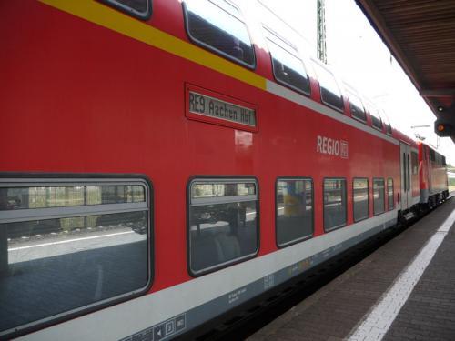 乗って来た列車を見送る。