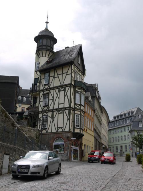 ちょっと変わった建物が見えて来た。